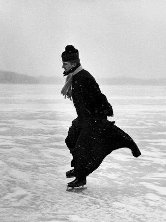 Priester beim Schlittschuhlaufen